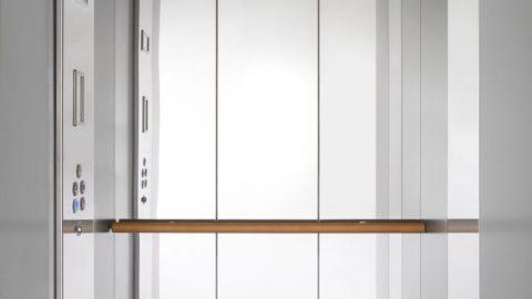 Cabina miniascnsore design con interni in acciaio e finiture in legno