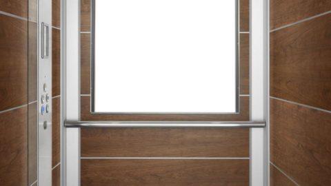 Cabina miniascensore con interni in ciliegio e specchiera