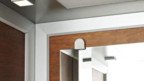 Dettaglio specchiera e celino in acciaio e legno