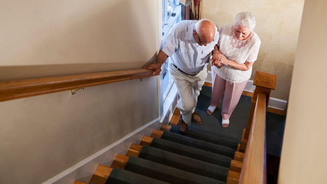 Due anziani salgono le scale