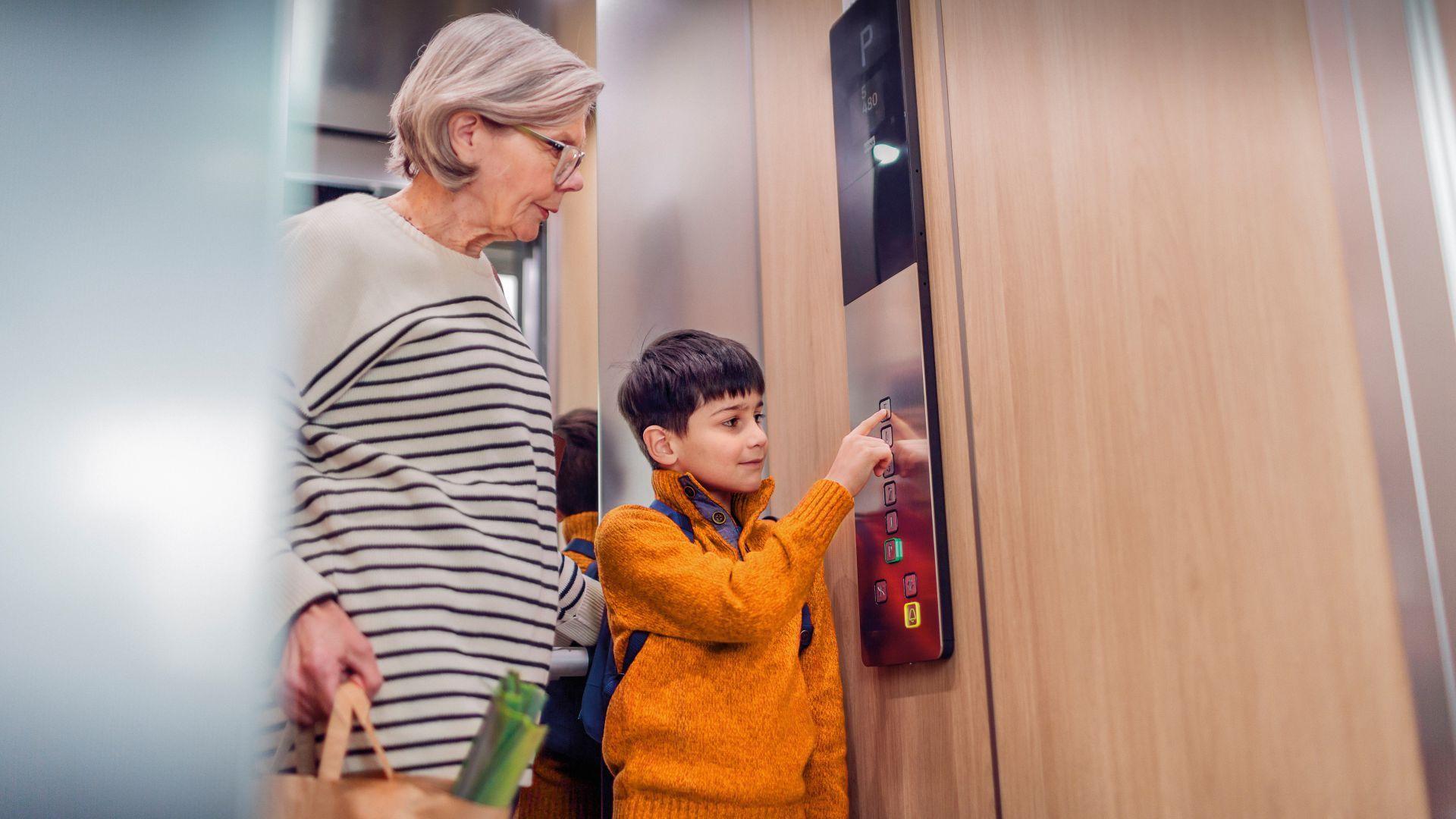 Nonna e nipote in un ascensore KONE Motus
