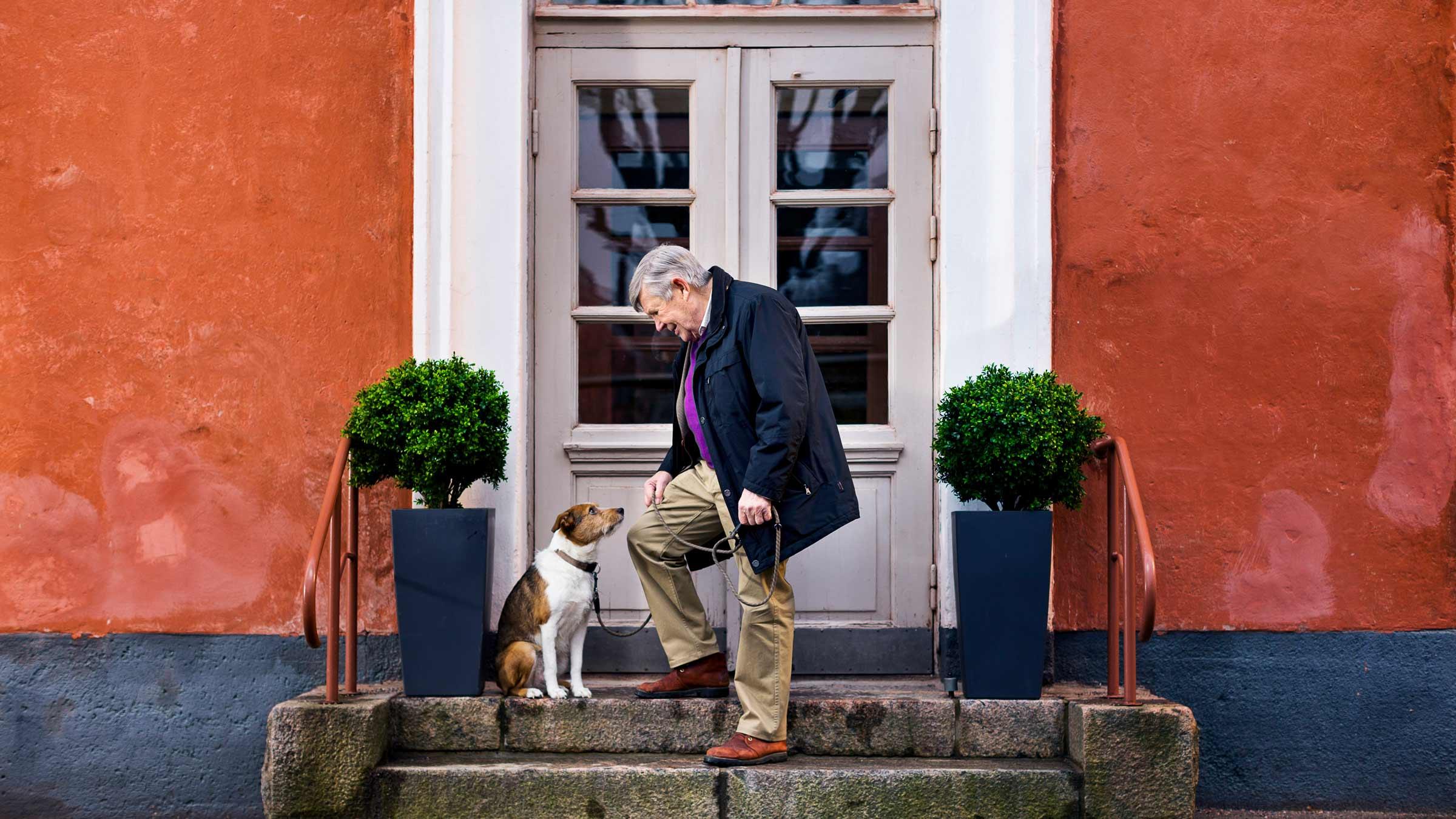 Anziano con con il suo cane
