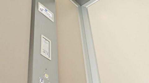 Miniascensore design con pareti laminate beige