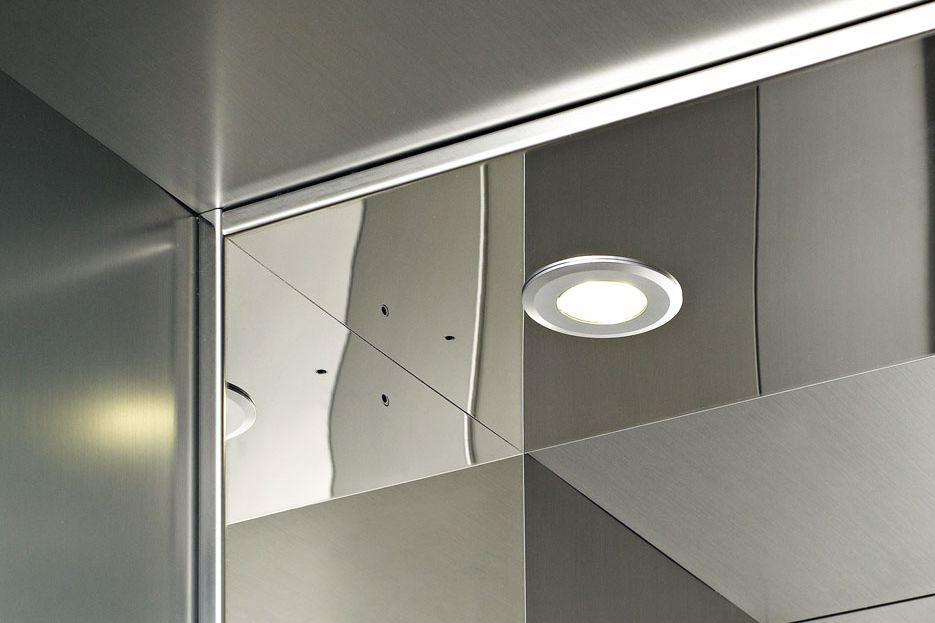 Dettaglio ascensore domestico in acciaio