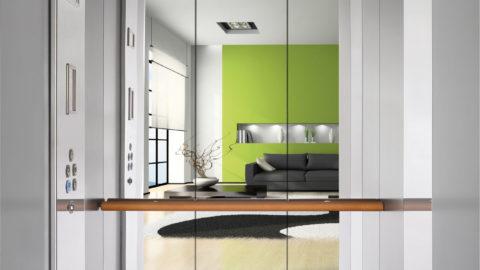 Un miniascensore per spazi design con specchio a parete