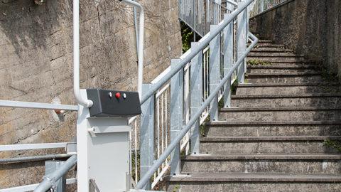 Il montascale a pedana è adatto anche per rendere accessibile spazi pubblici