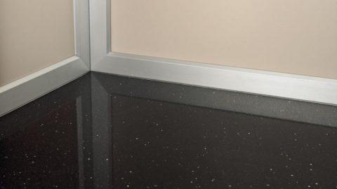 Dettaglio cabina con paviamneto in granito
